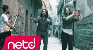 Ferdi Yaman – İçtiriyor Dinle – Video Dinle