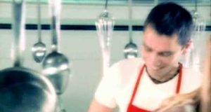 Hande Yener – Kırmızı Dinle – Video Dinle